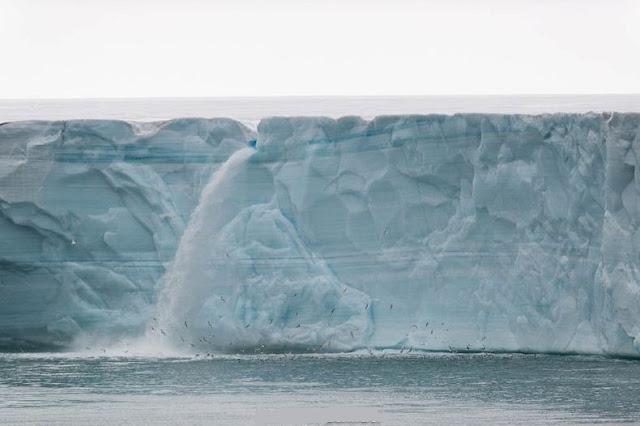 الشلالات الجليدية في سفالبارد في النرويج glacier-waterfalls-0